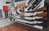 Pai e filho com arsenal de munições, armas e drogas são presos em Cuiabá