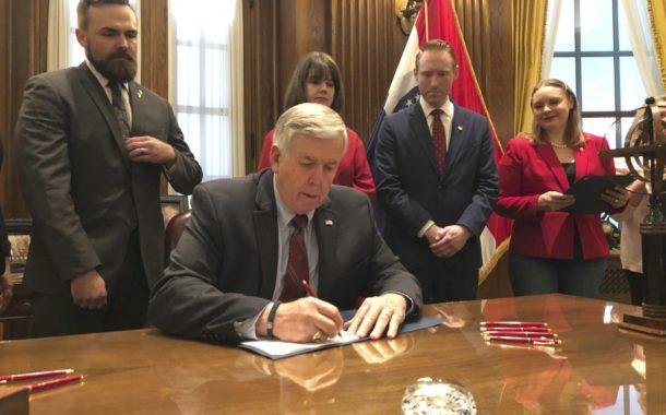 Governador do Missouri, nos EUA, sanciona lei que proíbe aborto mesmo em casos de estupro