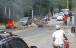 Moradores de Angra dos Reis protestam colocando corpo na BR-101 para fechar a estrada