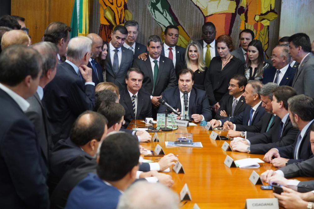 Bolsonaro entrega à Câmara projeto que muda regras da CNH