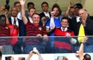 Moro é aplaudido em estádio de futebol em meio a vazamentos