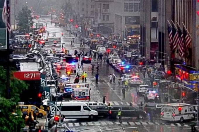 Helicóptero atinge prédio em Nova York