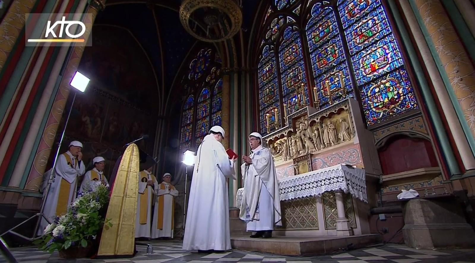 Catedral de Notre-Dame de Paris recebe primeira missa após incêndio