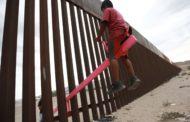 Arquiteto instala gangorras na cerca entre EUA e México