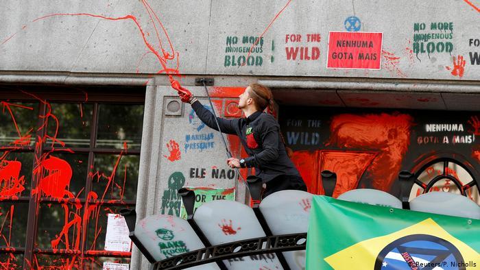 Ativistas jogam tinta na embaixada do Brasil em Londres