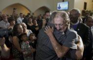 Centenas de pessoas vão a velório de vítima de El Paso para acompanhar viúvo