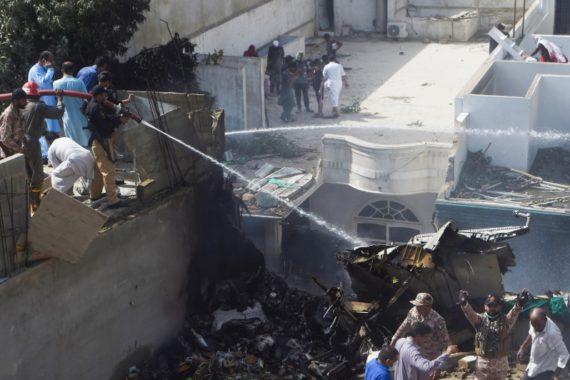 Avião com mais de 100 pessoas cai em área residencial no sul do ...